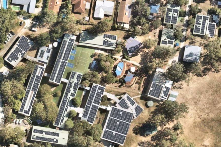solar-panels-schools-hospitals-prisons-power-queensland-renewable-future-report-finds-1